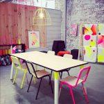 neon renk sandalyeler ve ufak detaylar ile mekanın enerjisini yukseltin