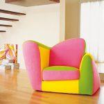 neon renklere sahip modern bir koltuk nerde olursa olsun mekana enerji katacaktır