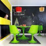 neon renklerin hüküm sürdüğü modern bir iç mekan
