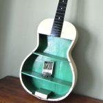 eski gitardan dekoratif raf sistemi