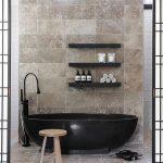 siyah küvetler ile yenilikçi banyo dekorasyonu