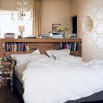 yatak odasında dekoratif fikirler ahşap kitaplık yatak başlıkları