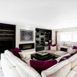 beyaz salon dekorasyonu ve mor detaylar