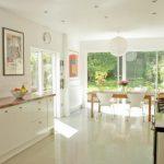 beyaz zeminli mutfak dekorasyon örneği