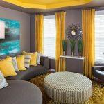 gri oturma takımı ve sarı perdeler ile salon dekorasyonu