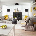 gri salon dekorasyonu ve sarı dokunuşlar
