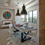 iskandinav tarzı home ofis ve büyük duvar saati