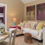 koltuk örtüsü ve renkli yastıklar ile oturma odası