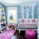 ağaç temalı duvar dekorasyonu ile zarif çocuk odası