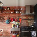 samimi ve sıcak tuğla duvarlı mutfak