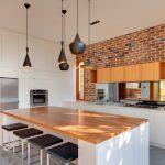 tuğla duvarlı modern mutfak örneği