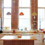 tuğla kaplı duvarlar ile sıcak bir mutfak
