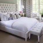 beyaz kapitoneli yatak ucu puf