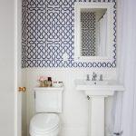 beyaz banyoda mavi desenli duvar kağıdı