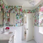 çiçek desenli banyo duvar dekorasyonu