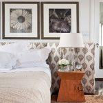 desenli kumaş panel ve çerçeveler ile yatak başı örneği