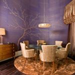 mor duvarlı yemek odası dekorasyonu