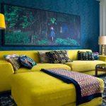 sarı oturma takımı ile zıt renklerin uyumu