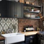 siyah mutfak dolapları ile klasik bir mutfak