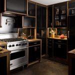 siyah ve ahşap uyumu ile stil sahibi mutfak dekorasyonu