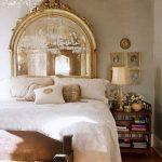 varaklı büyük ayna ile yatak başı dekorasyonu