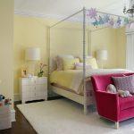 yatak odasında küçük pembe kanepe