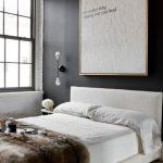 beyaz tuğla duvarlar ile endüstriyel yatak odası