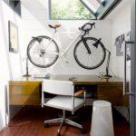 çalışma masasında bisiklet dekorasyonu