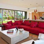 kırmızı köşe koltuk ile enerjik salon dekorasyonu