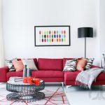 rahat sade ve sıcak kırmızı koltuk ile salon dekorasyonu