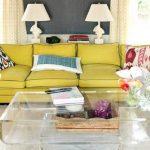 renkli kanepe ve saydam orta sehpa