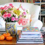 salonda renkli dekoratif çiçekler