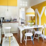 sarı mutfak dolapları ve duvar dekorasyonu