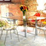şeffaf sandalyeler ve cam masa uyumu