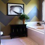 banyoda büyük zigzag desenli duvar dekorasyonu