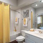 sarı zigzag desenli duş perdesi