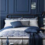 yatak odasında sofistike mavi