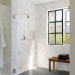 mermer kaplı duvarlar ile modern banyo