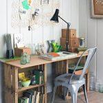 meyve kasalar ile oluşturulmuş çalışma masası