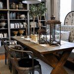 rustik yemek odası ve metal sandalyeler