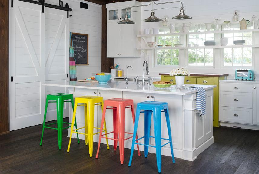 Renkli Sandalyeler ile detaylandırılmış bir ada mutfak modeli