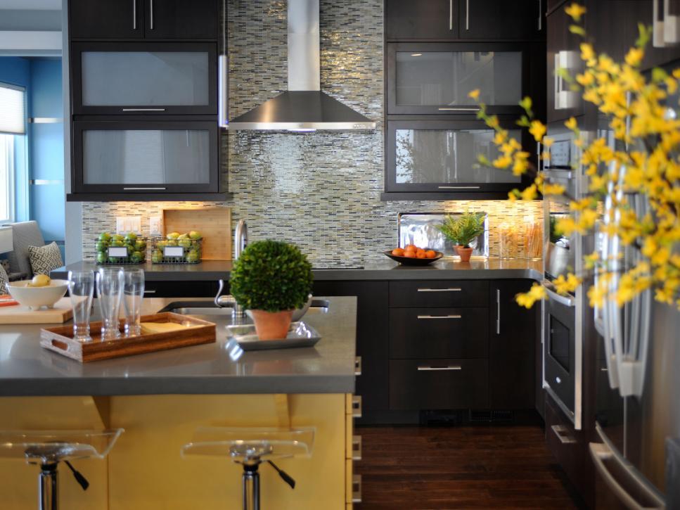 Siyah renkli mutfak dolapları ve sarı rengi ile uyumu