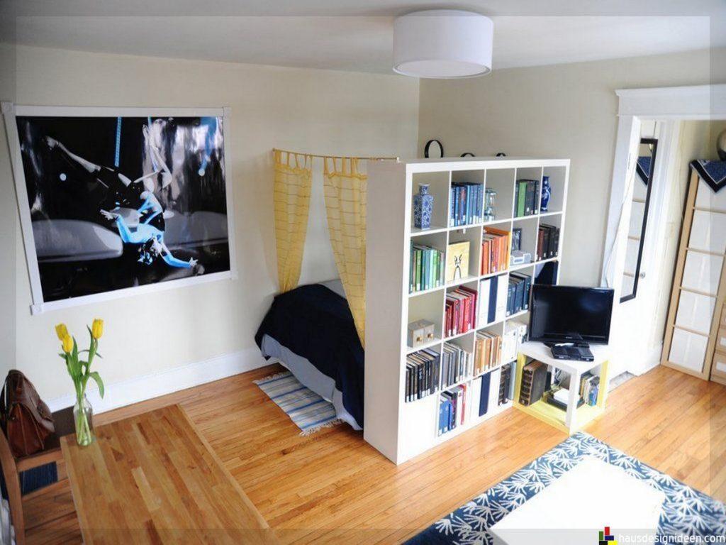 Kitaplıkla alanlara ayrılmış bir daire