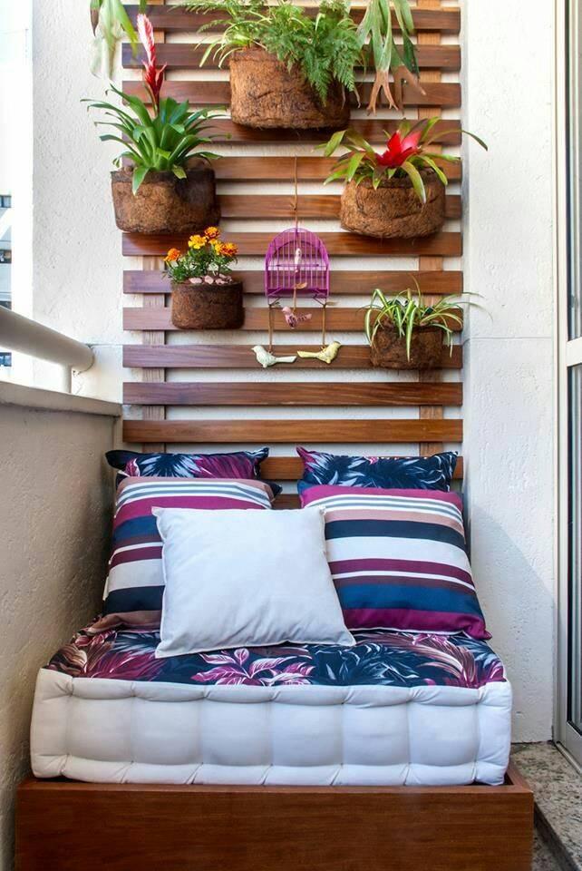 Balkon duvarları doğru bir şekilde dekore edilirse iç mekanın sıcaklığını hissettirecektir.