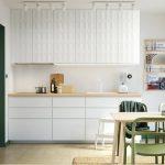 Yeşil Sandalyelerle kombin edilmiş bir mutfak masası