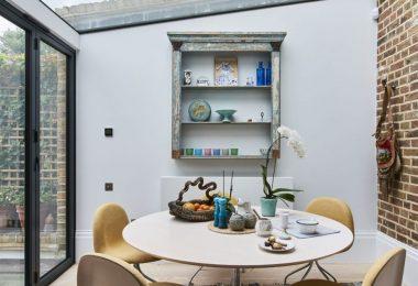 Sarı sandalye detaylı soft bir yemek masası