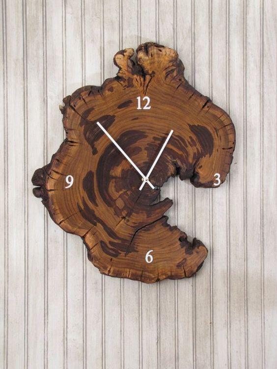 Ağaç kütüğünden yapılmış bir saat