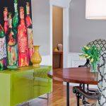 neon renklerde bir dresuar üzerinde yine neon dekoratif tablo ile çekici bir köşe