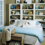 beyaz kitaplıklar ile yaratıcı yatak başı fikirleri