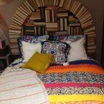 gerçek kitaplar ile yapılan dekoratif yatak başı